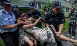 Policjanci dokonują brutalnej eksmisji